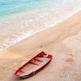 Bootje met zand op strand van Inge Hogenbijl