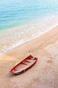 Bootje met zand op idyllisch strand, Hongkong van