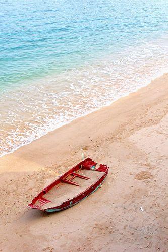 Bootje gevuld met zand op strand van Inge Hogenbijl
