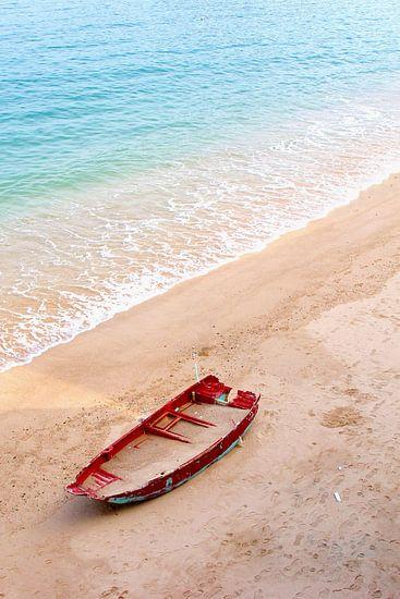 Bootje met zand op idyllisch strand, Hongkong