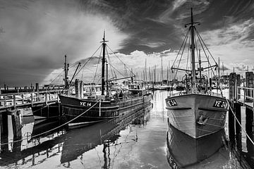 Muschelkutter im Hafen von Yerseke von Ria Overbeeke