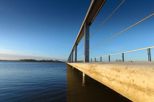 Moderne brug met overspanning over het water
