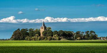 Zicht op het kerkje van Tsjerkebuorren in Friesland in het nazomerlicht van