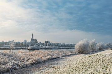 Uitzicht op Kampen en de IJssel in de winter in Nederland van Sjoerd van der Wal