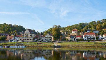 Uitzicht op het idyllische dorpje Wehlen aan de rivier de Elbe in het Elbsansteingebirge in Saksisch van Heiko Kueverling
