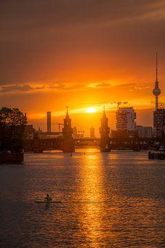 Coucher de soleil sur l'Oberbaumbrücke de Berlin sur Iman Azizi