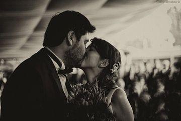 Kus uit liefde tijdens huwelijk in zwartwit van Atelier Liesjes