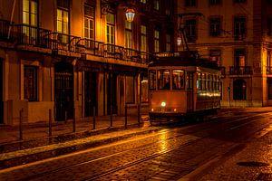 Tram in de avond in Lissabon  van