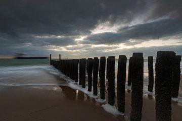 Hollandse wolkenlucht en golfbreker van houten palen langs de Zeeuwse kust van gaps photography