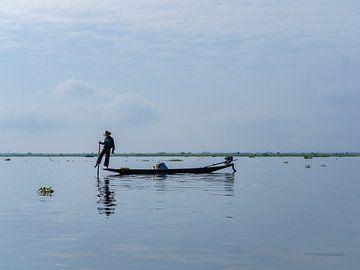 Traditionele visser op het Inle Lake in Myanmar van Teun Janssen