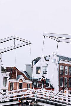 Grabsteinbrücke über die Spaarne im Winter Haarlem von Simone Neeling