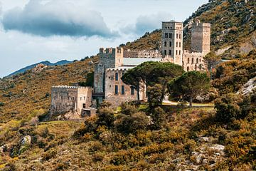 Klooster verscholen in de bergen in  Spanje.  van Ineke Mighorst