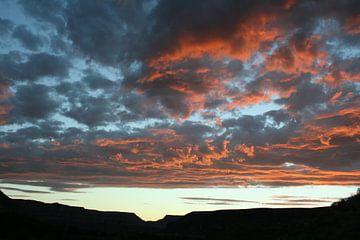 Uitzicht met roze wolkenlucht von Anouk Davidse