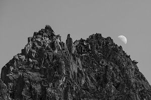 Zwart wit foto van maanopkomst achter de alpen in Kuhtai, Oostenrijk