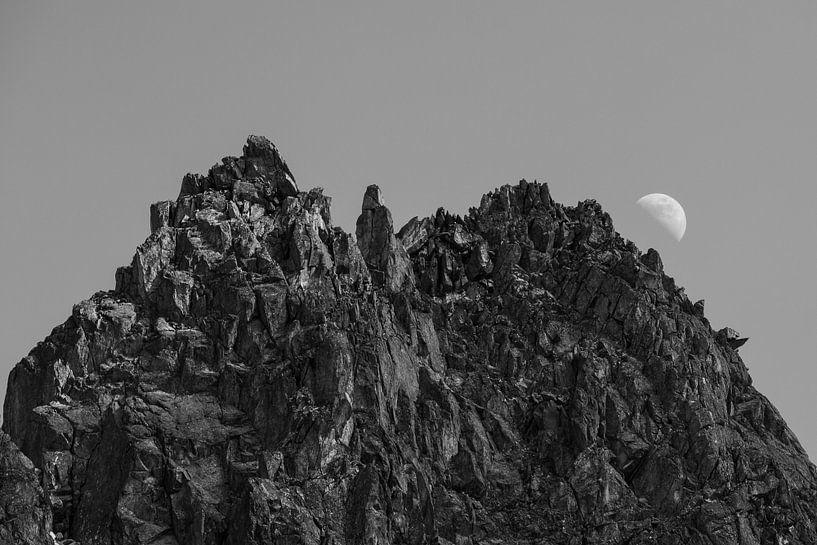 Zwart wit foto van maanopkomst achter de alpen in Kuhtai, Oostenrijk van Hidde Hageman