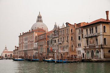 Gebäude entlang des großen Kanals in der Altstadt von Venedig, Italien von Joost Adriaanse