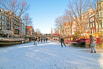 Schaatsen op de Prinsengracht in Amsterdam met de Westerkerk van Nisangha Masselink