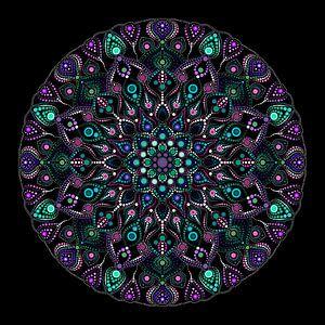 Großes rund gepunktetes Mandala in Blau-, Grün-, Violett- und Weißtönen auf schwarzem Hintergrund
