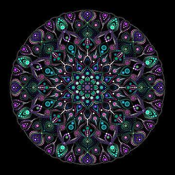 Grote ronde mandala in verschillende kleuren groen,  violet en blauw op een zwarte ondergrond van Andie Daleboudt