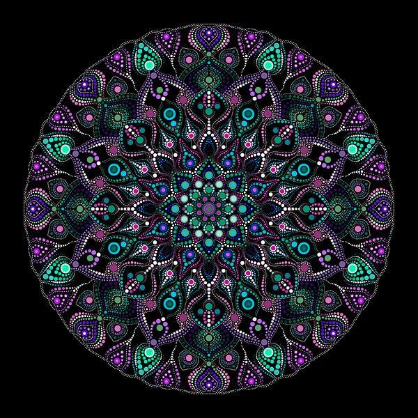 Großes rund gepunktetes Mandala in Blau-, Grün-, Violett- und Weißtönen auf schwarzem Hintergrund von Andie Daleboudt