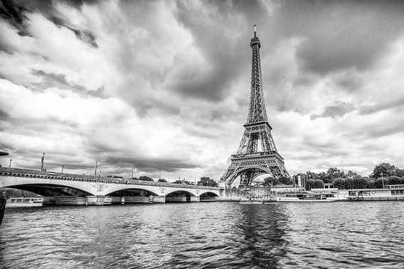 Eiffeltoren in Parijs met dreigende lucht