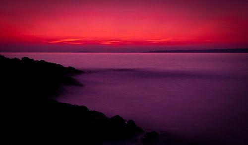 Kalme zonsondergang aan zee van