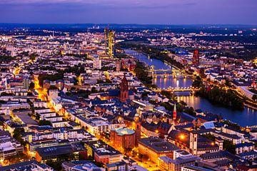 Uitzicht over Frankfurt am Main bij nacht van ManfredFotos