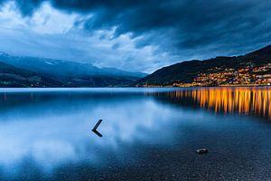 Meer Vangsvatnet bij Vossevangen in Noorwegen, vlak na zonsondergang