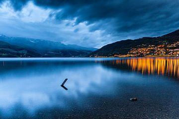 Meer Vangsvatnet bij Vossevangen in Noorwegen, vlak na zonsondergang van