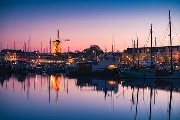 Blauwe uur haven Hellevoetsluis van Vincent Fennis