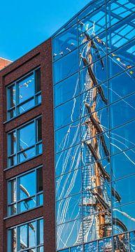 Weerspiegeling van de mast van een tallship, Sail 2015 van Rietje Bulthuis