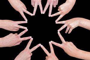 Zehn Hände von Mädchen bilden einen zehn-spitzen Stern