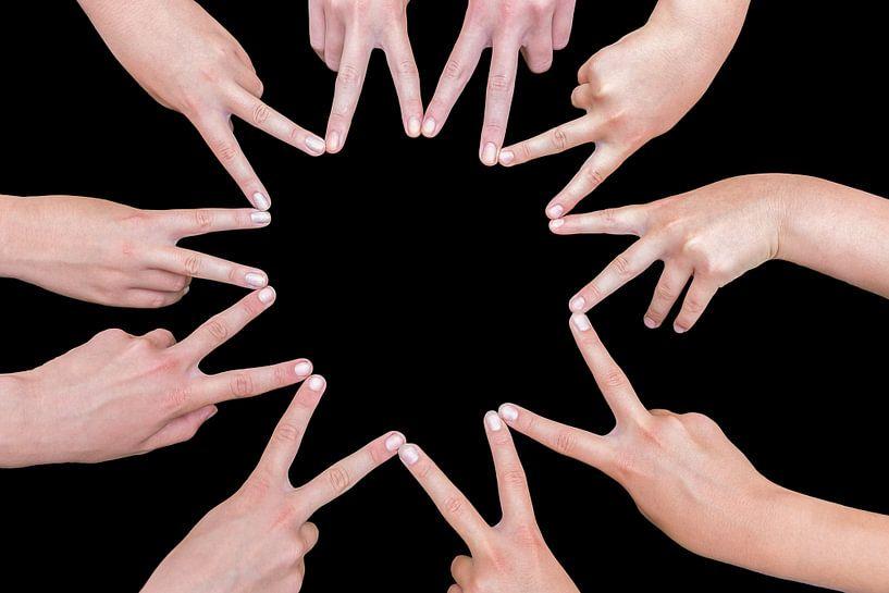 Zehn Hände von Mädchen bilden einen zehn-spitzen Stern von Ben Schonewille