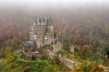 Castle Eltz in autumn sur