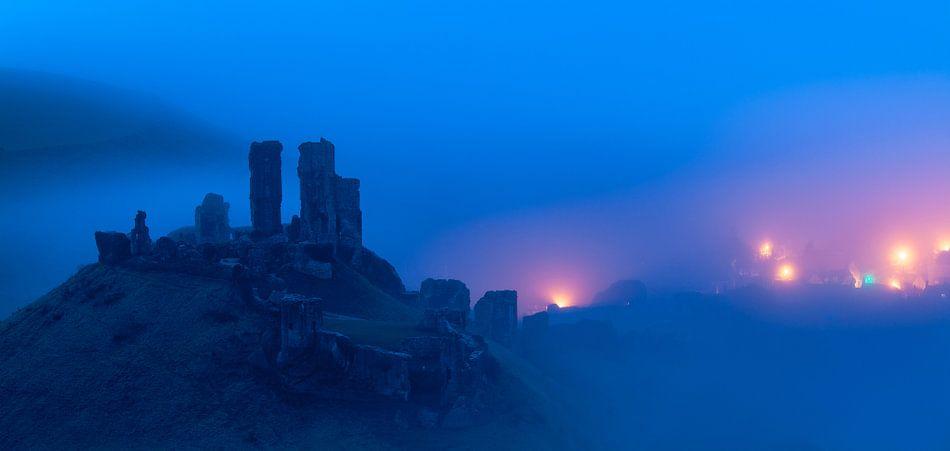Mist rondom Corfe Castle van Ron Buist