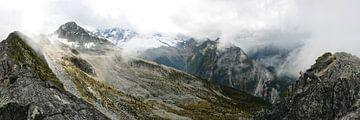 Neblige Berge im Glacier National Park von Femke van Egmond