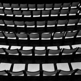 Lege stoelen van Corrie Ruijer