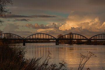 Eisenbahnbrücke bei Nacht von Margot Hartgers