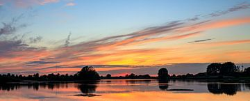 Ossenwaard zonsondergang / sunset van Dick Jeukens