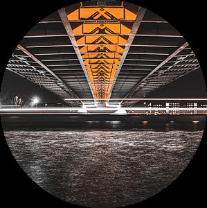 lange belichting onder een brug bij nacht van Jan Hermsen
