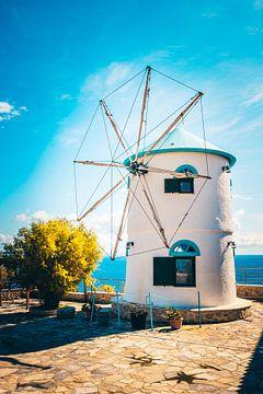 De beroemde windmolen op Zakynthos in de typische Grisch kleuren wit en blauw van Fotos by Jan Wehnert