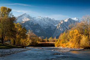 Herbststimmung an der Loisach mit Zugspitze