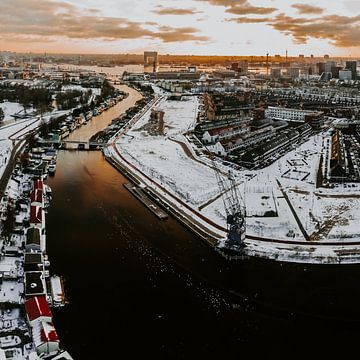 Wohngebiet in Amsterdam Nord bei Sonnenuntergang von Mike Helsloot