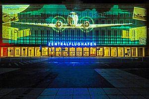 Berlijn: De gevel van de oude luchthaven Tempelhof met speciale lichtprojectie