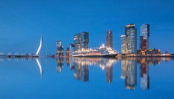 Cruiseschip de Koningsdam in Rotterdam sur Ilya Korzelius