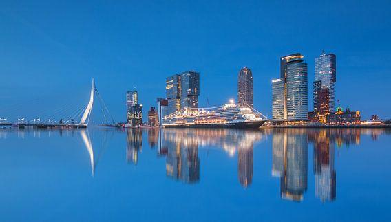 Cruiseschip de Koningsdam in Rotterdam