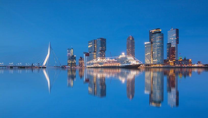 Cruiseschip de Koningsdam in Rotterdam van Ilya Korzelius