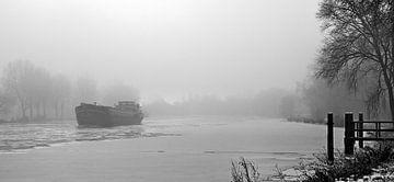 Schiff im nebel am Amstel Fluss in Amsterdam von Ipo Reinhold