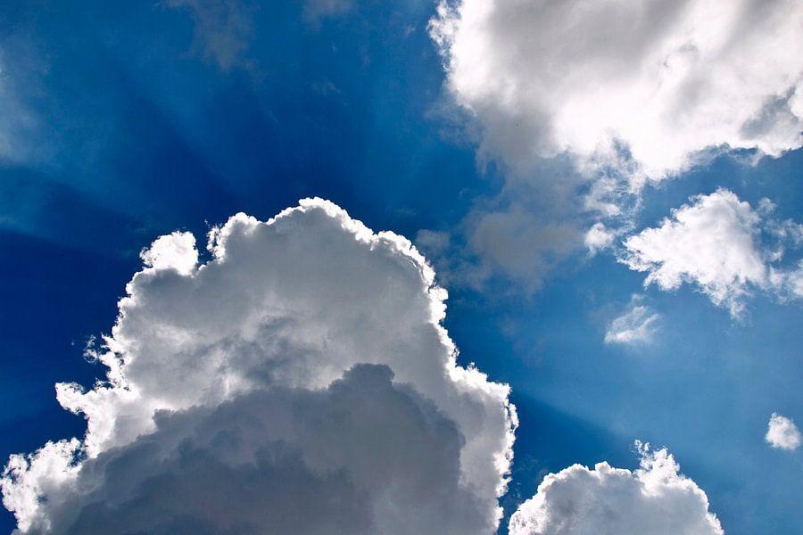 Hollandse blauwe lucht met witte wolken