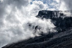 Mountain with clouds van